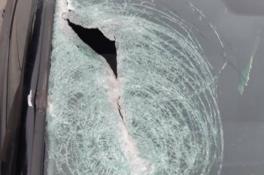 Automobilist krijgt trommelrem door voorruit als hij op snelweg rijdt