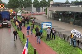 Boze boeren bezetten hoofdkantoor Jumbo Veghel, 60 trekkers op terrein