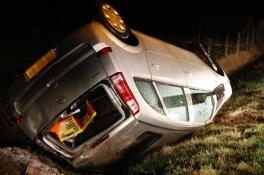 Sneeuw leidt tot ongeluk in Oploo: auto slaat over de kop en belandt in een greppel