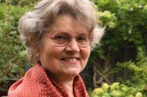 Anneke kan na 50 jaar stilte eindelijk de stemmen van haar man, kinderen en kleinkinderen horen