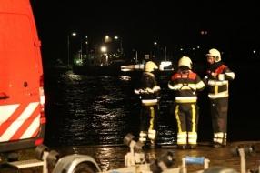 Auto in de Maas bij Vierlingsbeek, duikers zoeken naar inzittende