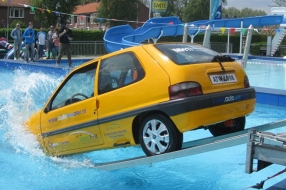 Met je auto in het water is een grote nachtmerrie, maar wat moet je doen?