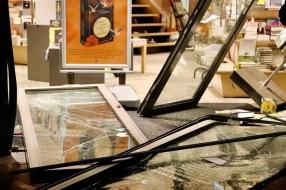 Ramkrakers rijden pui aan diggelen van boekwinkel Boxmeer